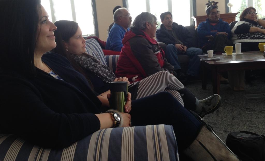 Quelque-uns des participants à la rencontre d'hier.À l'avant plan, Heather Igloliorte (peintre), Jennie Williams 9photographe) et Eva Nochasak (gravure et textile). À l'arrière, trois membres du conseil d'administration de l'IAF (Sammy Kudluk, David Ruben Piqtoukun et Okpik Pitseolak).