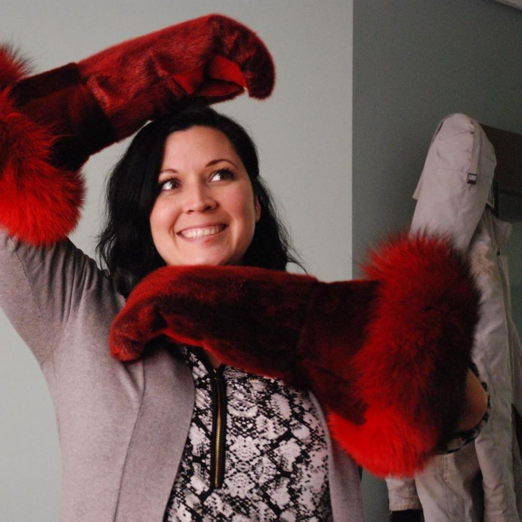 L'irremplaçable Heather Igloliorte avec de flamboyantes mitaines créées par Maria Merkuratsuk de Nain.